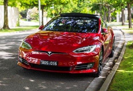 Tesla прекращает продажи самой дешевой версии электрокара Model S